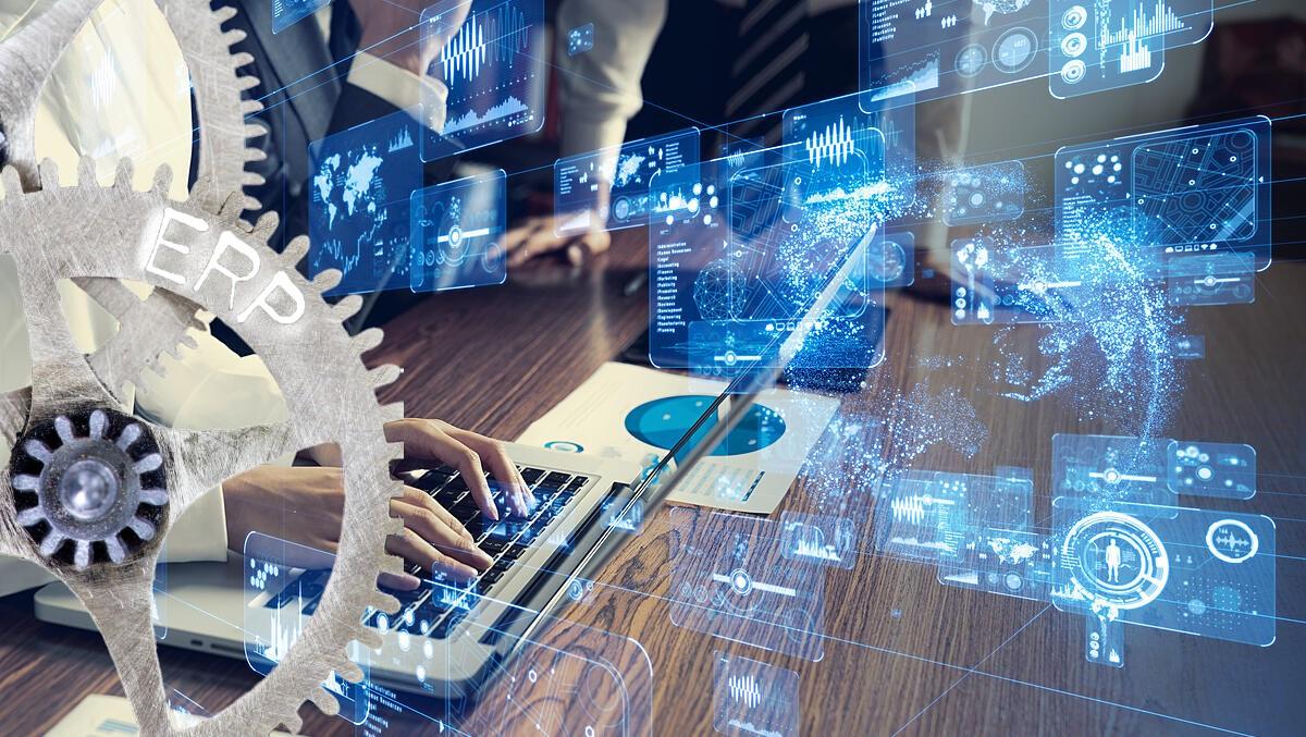 ERP del inglés: Enterprise Resource Planning. Es una solución de software para la gestión de procesos. Se compone de uno o más programas de software empresarial que han sido creados para gestionar y automatizar procesos en las organizaciones. Lo que también se denomina en español Sistema de planificación de recursos de negocios es una plataforma de software creada para registrar y automatizar los procesos e informaciones de interés gerencial en la empresa. Su finalidad es brindarles eficiencia y efectividad a los negocios desarrollados al facilitar el control de las operaciones productivas y comerciales. De manera que toma en cuenta cualquier registro financiero, inventarios y órdenes de compra, entre muchos más.
