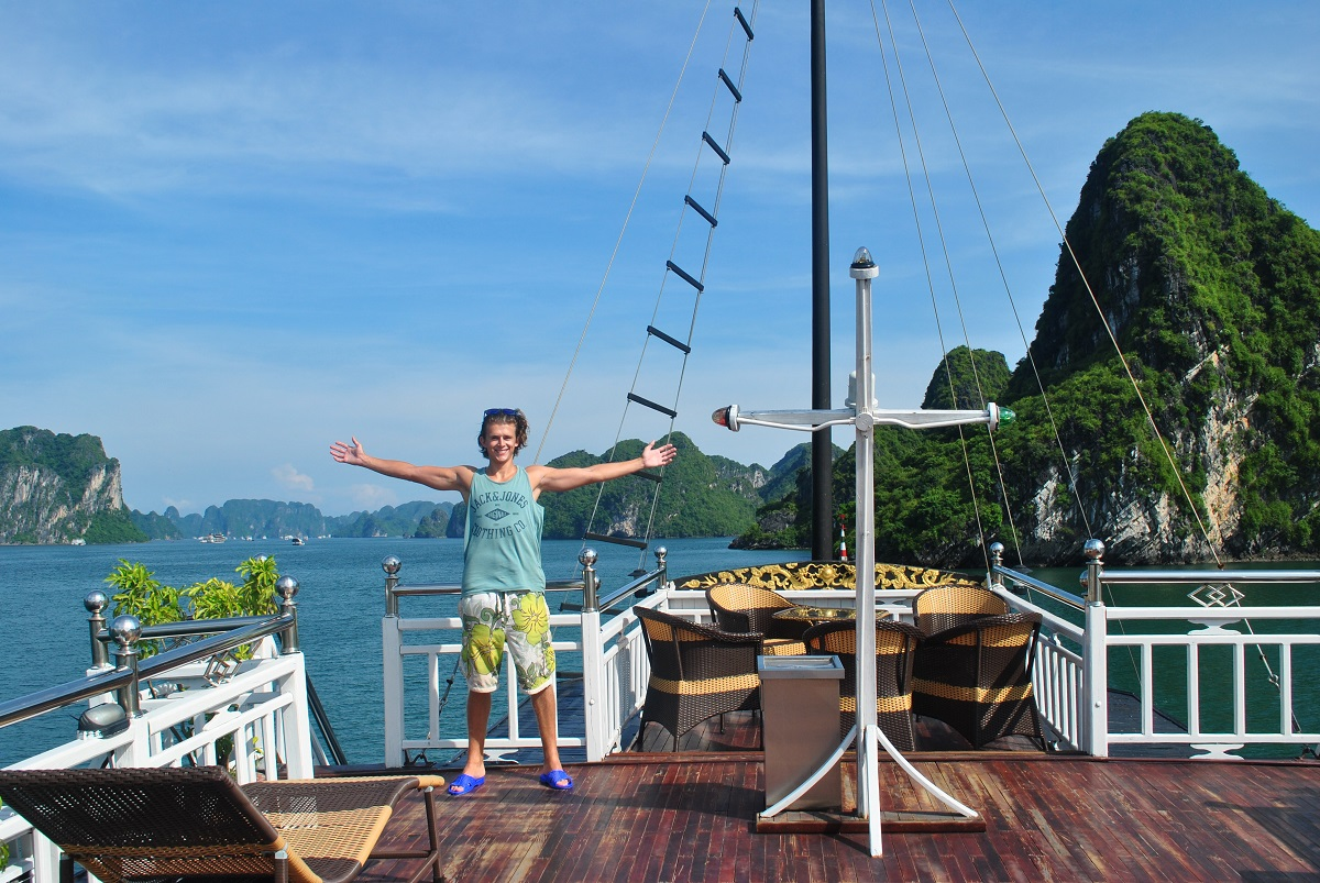 Best Halong Bay cruise for backpackers