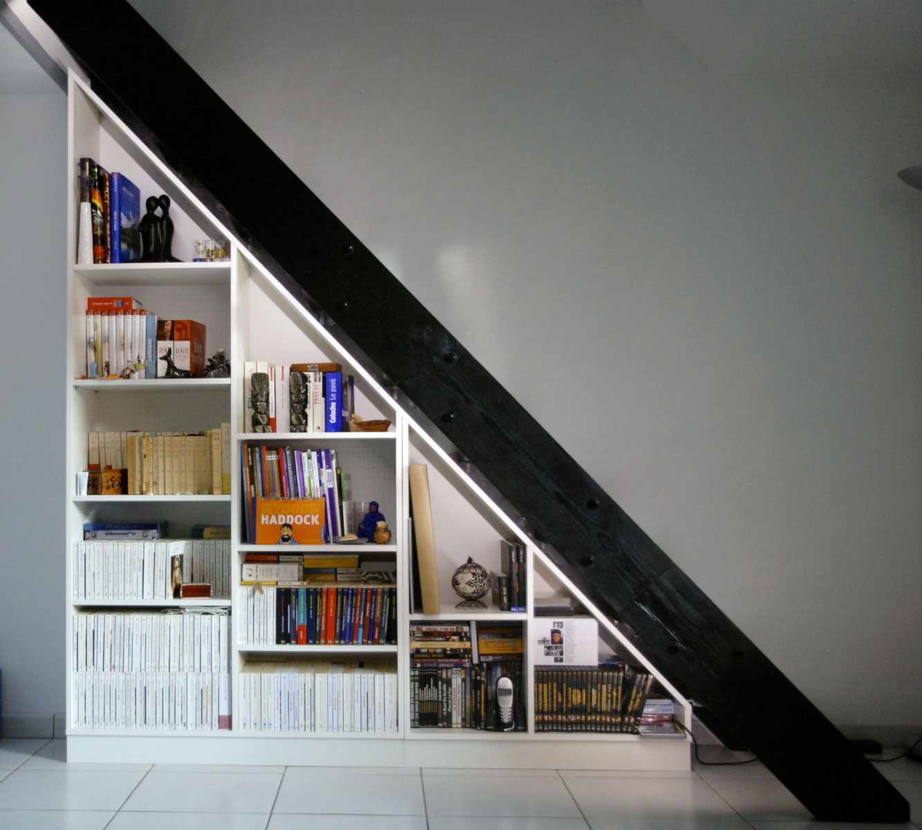biblioth que sous escalier sur mesure. Black Bedroom Furniture Sets. Home Design Ideas