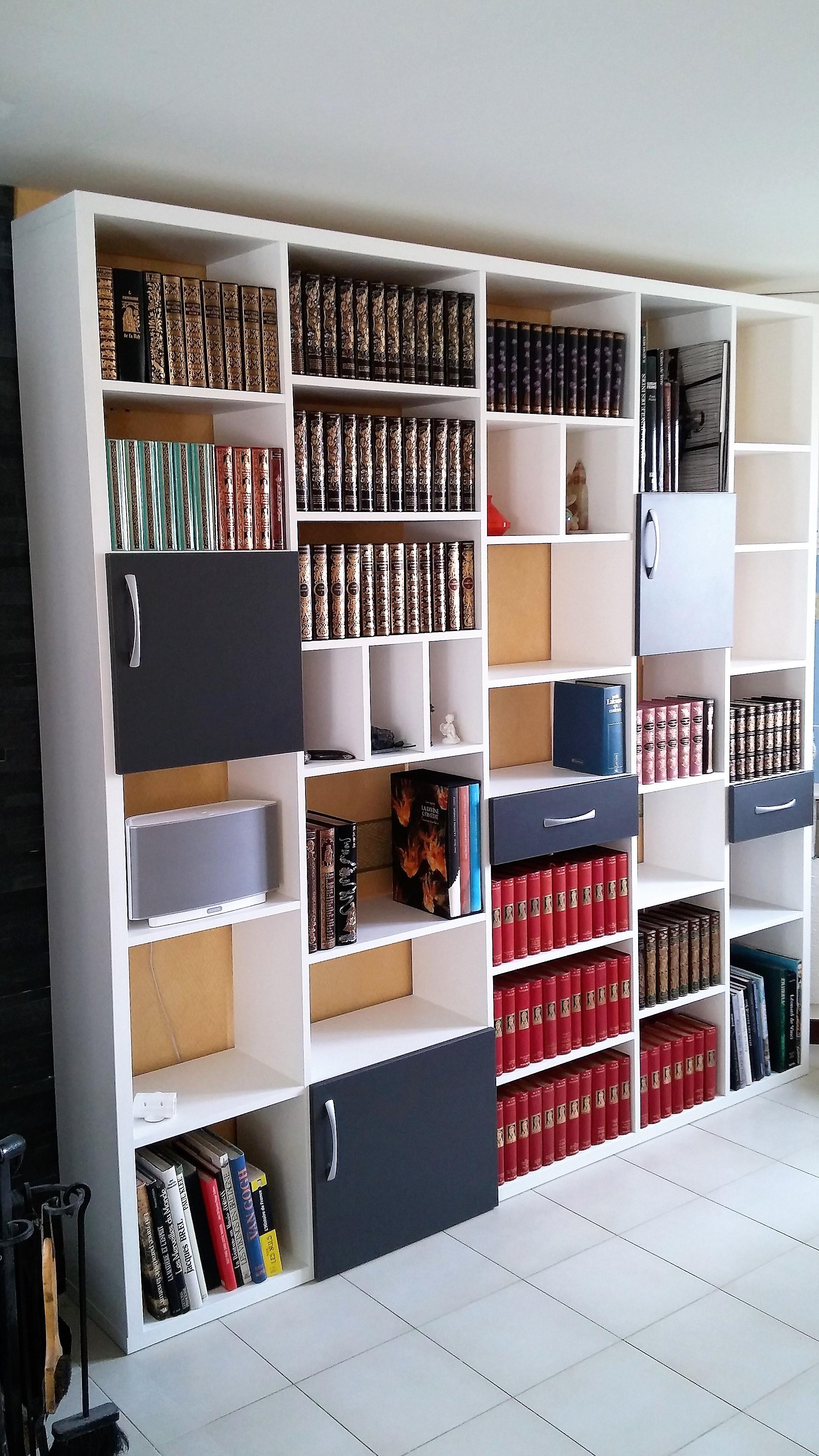 bibliothèque avec porte