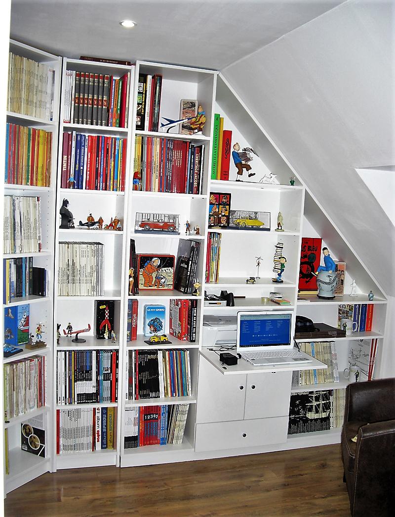 bibliothèque sous pente avec bureau secrétaire