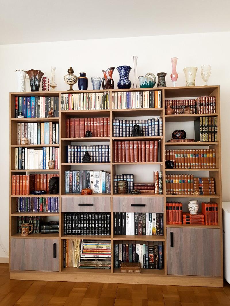 bibliotheque bois colorée