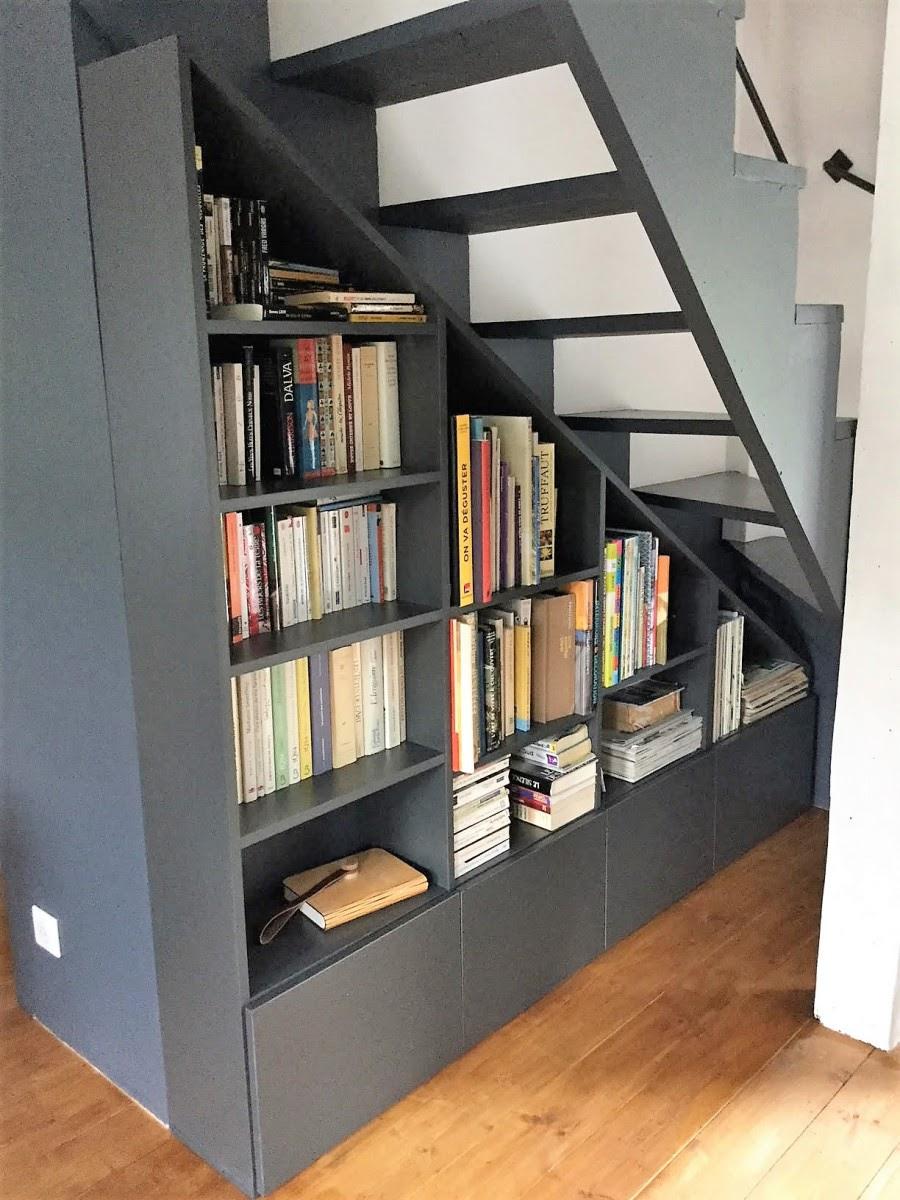 bibliothèque sous escalier sur mesure
