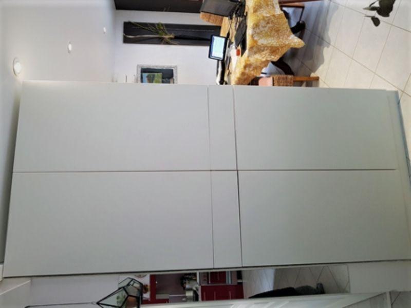 grand placard blanc avec tiroirs