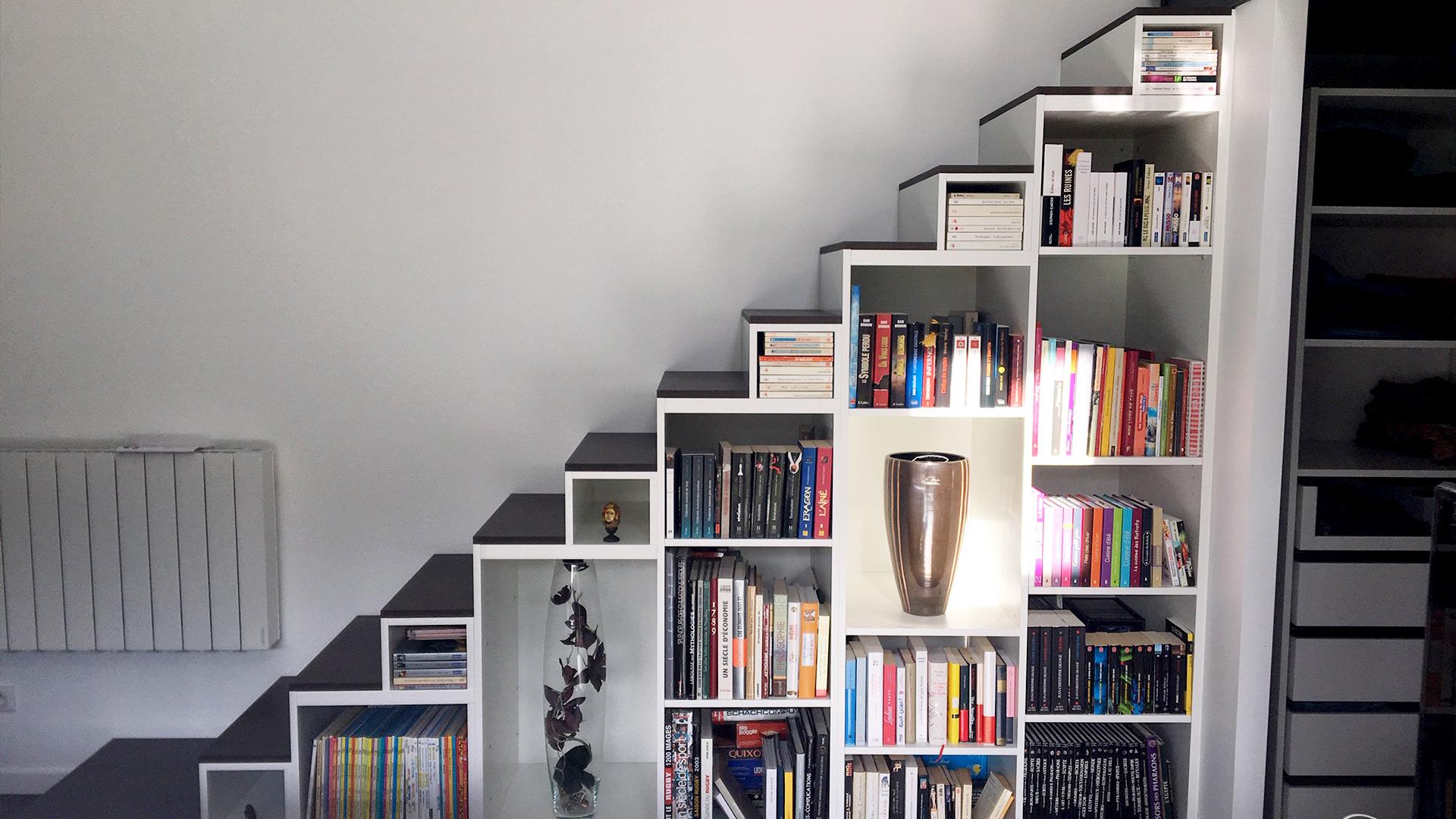 Bibliothèque escalier sur mesure, corps blanc marches noires