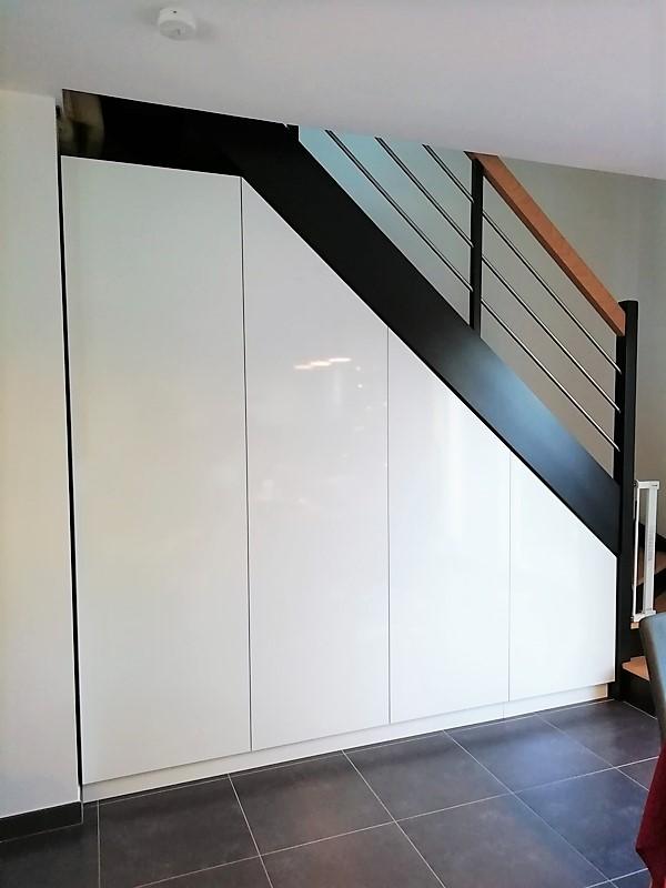 dressing sous escalier sur mesure blanc