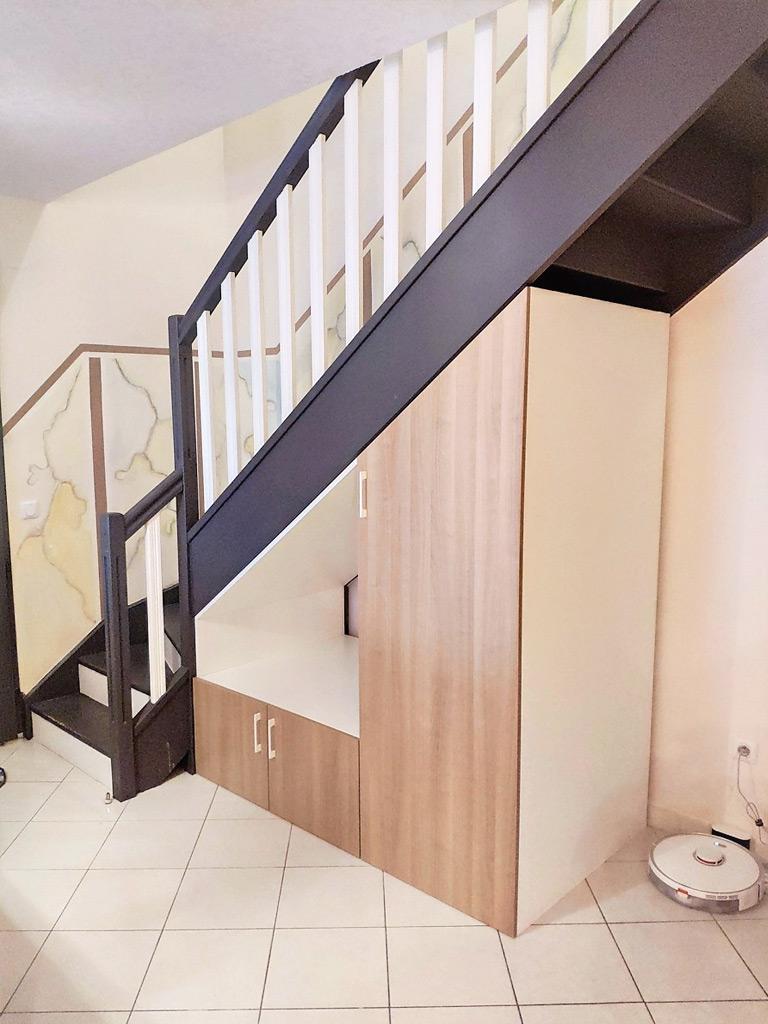 meuble-sous-escalier-blanc-bois
