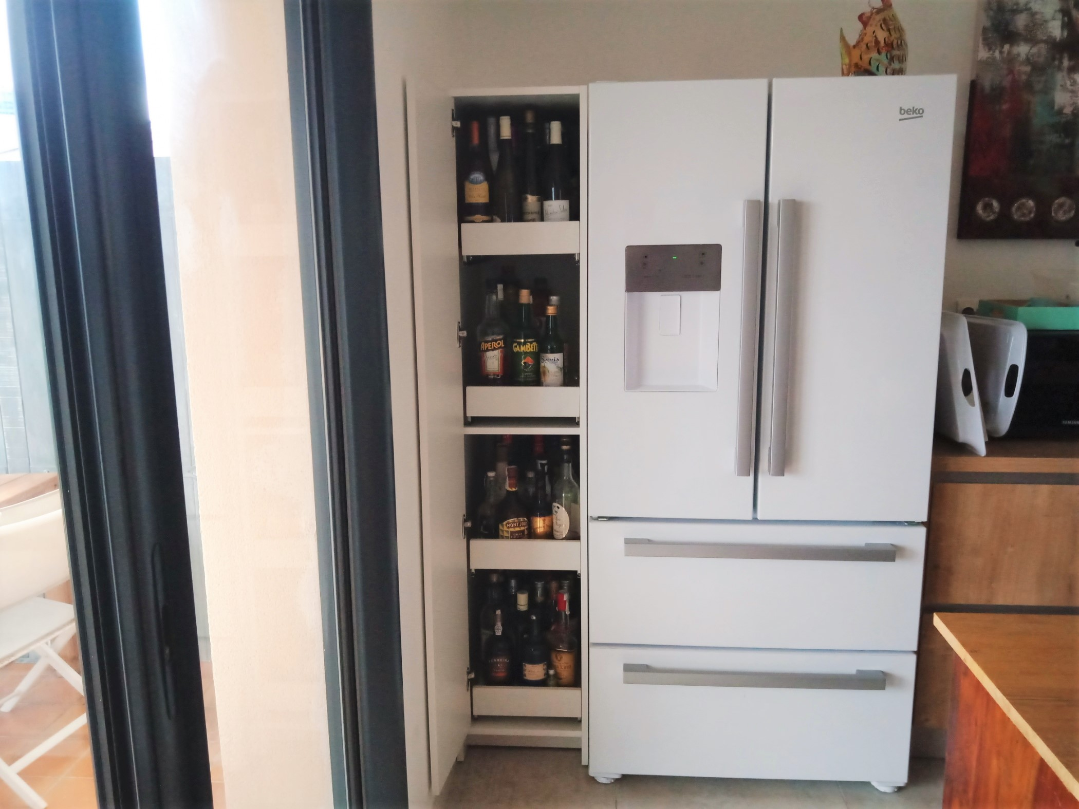 cave à vin fermée blanche dans cuisine