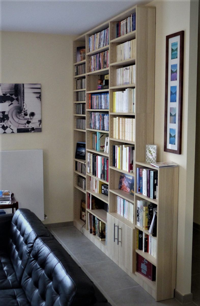 bibliothèque en bois ouverte