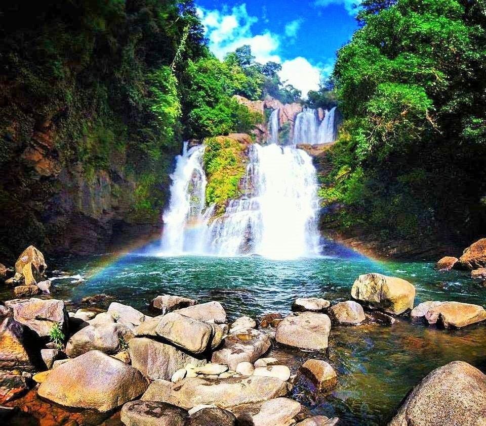 foto de la catarata nauyaca en Costa Rica con un arcoiris en la caida
