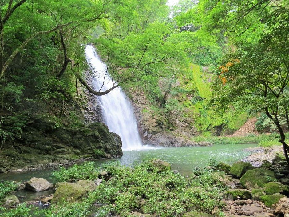 foto de la catarata montezuma en Costa Rica con piedras verdes