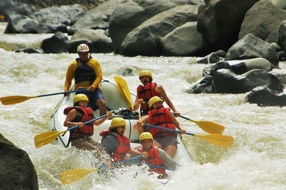 imagen personas disfrutando rafting río Pacuare