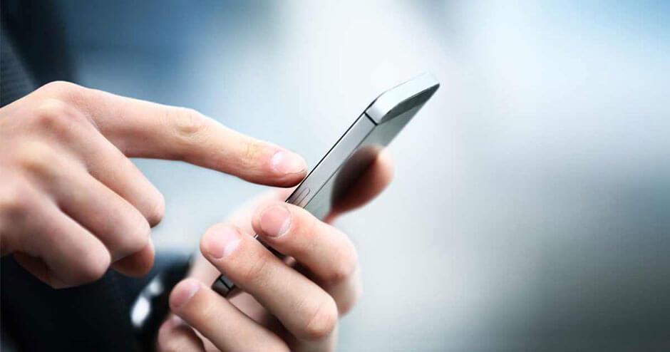 Imagem de uma pessoa usando um smartphone.