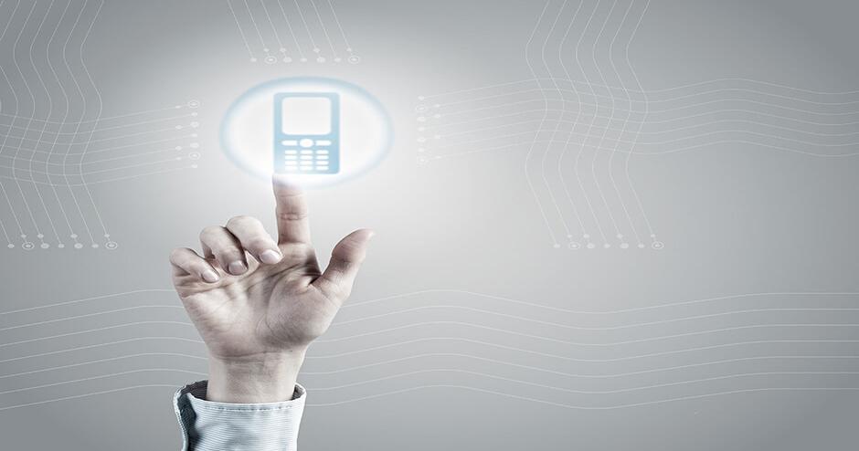Imagem de uma mão clicando em um botão digital que é um telefone.