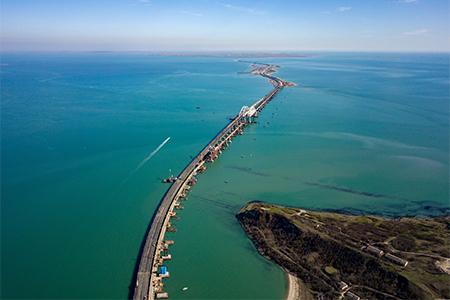 На Крымском мосту принята автодорожная часть моста.
