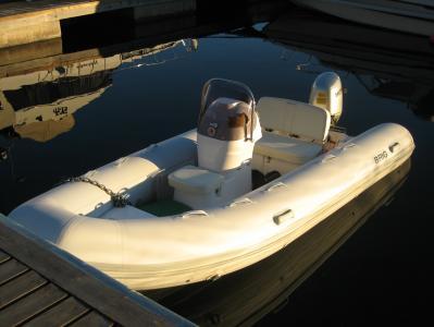 Ribbåt som används som följebåt