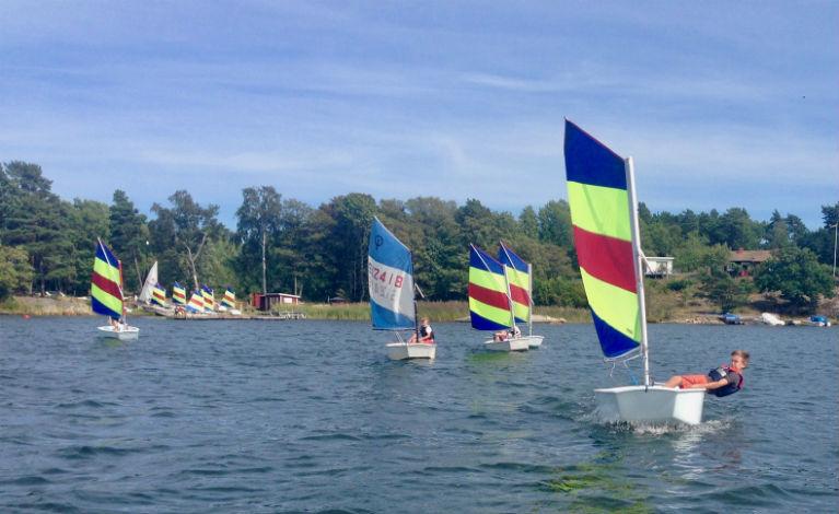 Optimistjolleseglare tränar seglar utanför Runmarö Yacht Club
