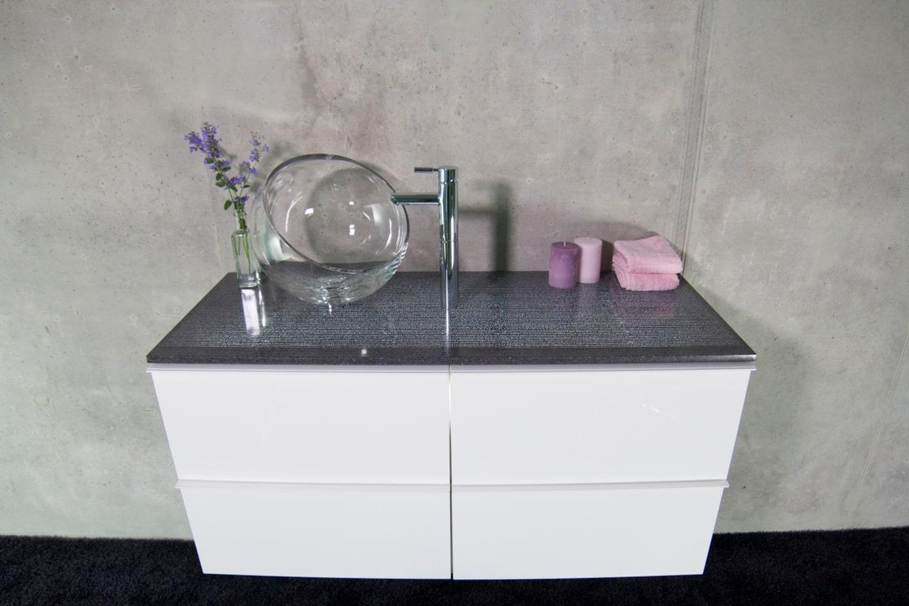 Ein Waschtisch aus Lichtbeton mit Spülbecken