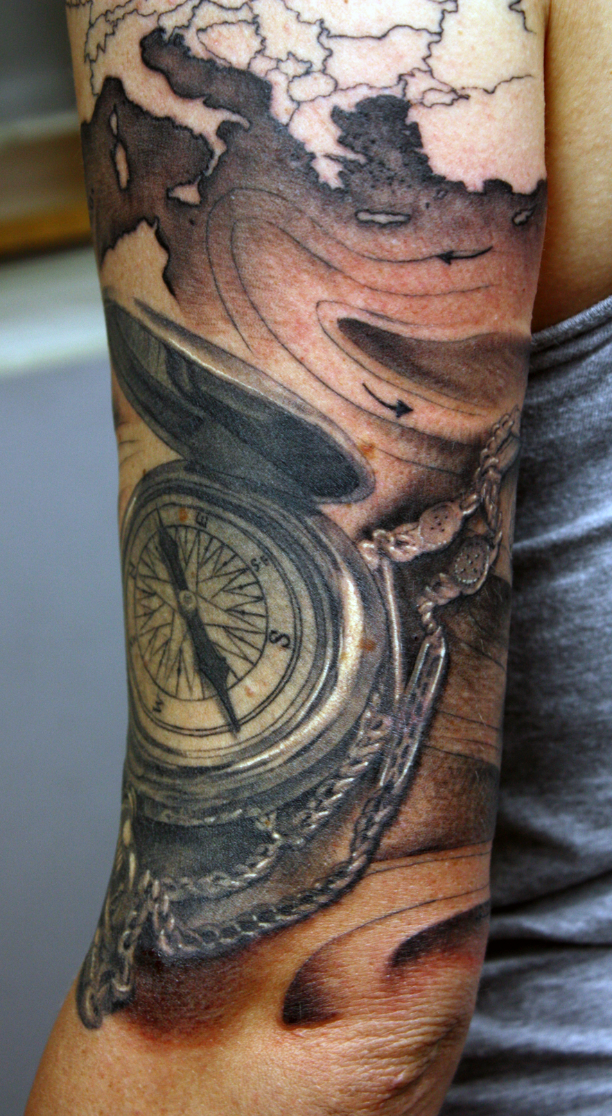 Compass and map half arm, Half healed