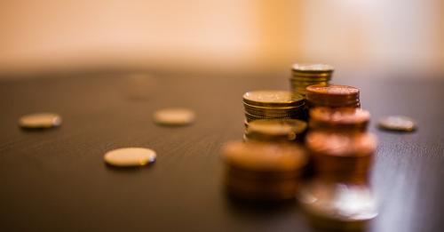 Steuerstattung - Geldmünzen auf einem Tisch