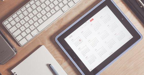 iPad mit Kalender auf Schreibtisch
