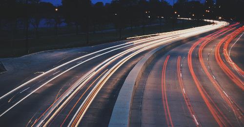 Straße mit fahrenden Autos_Trennungsgeldberechnung