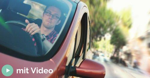 Mann am Steuer einer Autos während der Fahrt