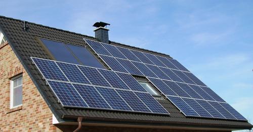 Photovoltaikanlage als Soldat auf dem Hausdach