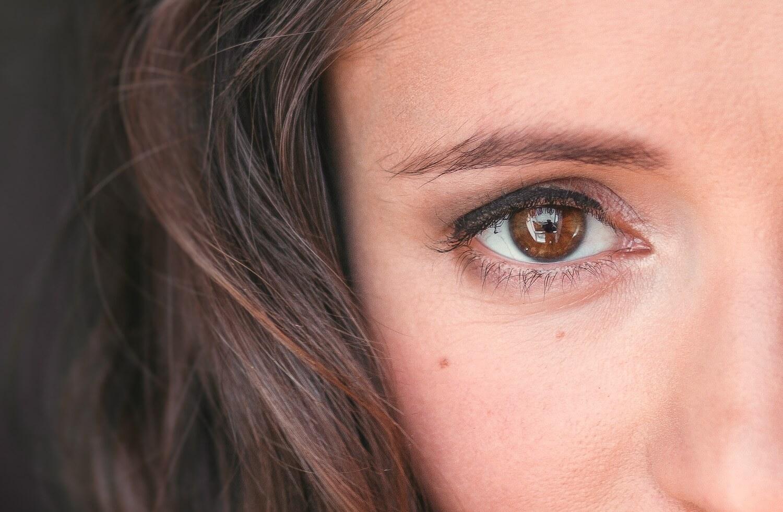 Nahaufnahme von Anna's Augen.
