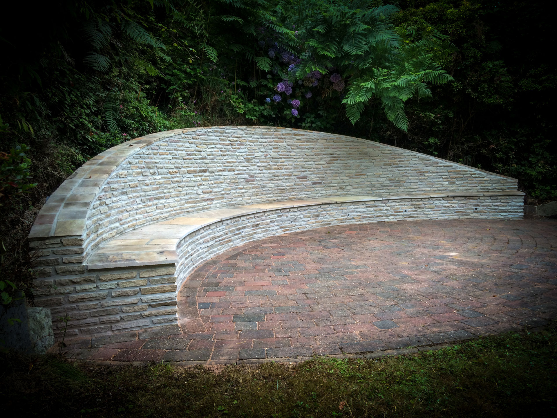 Retaining wall stonework