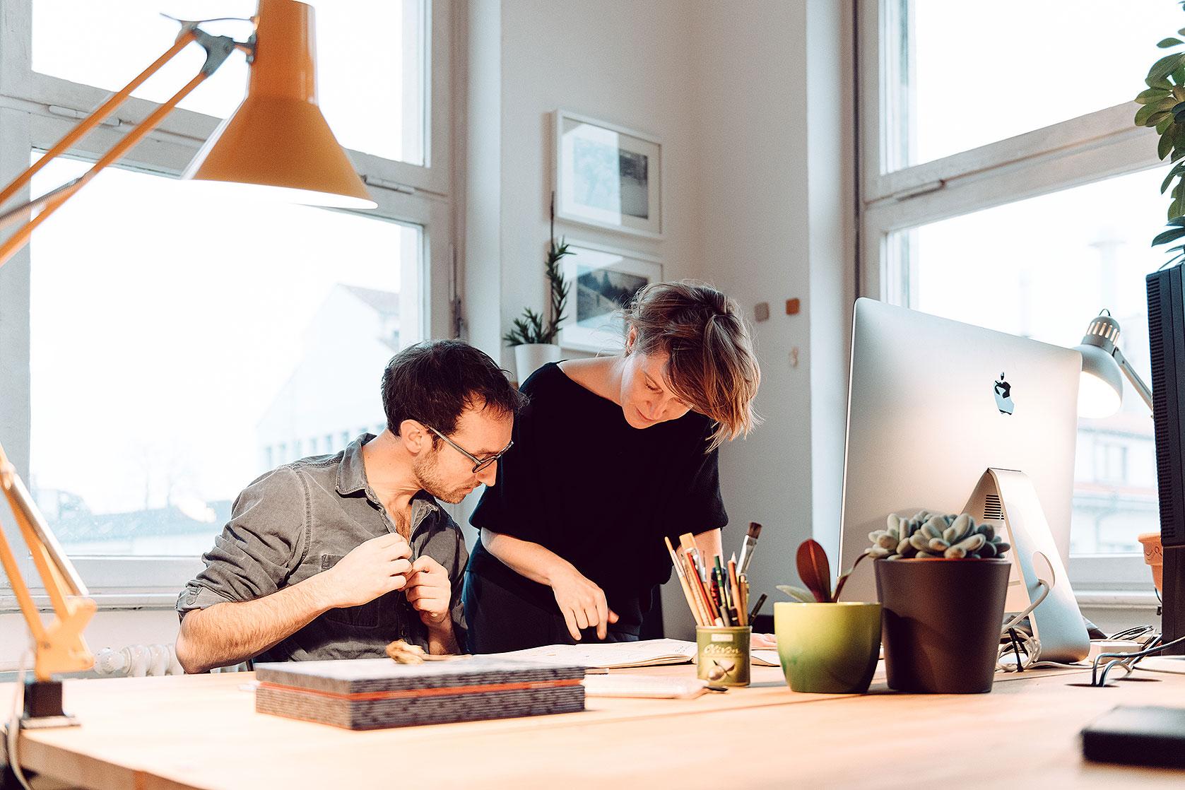 Markus Günther und Stefanie Kolb besprechen Design-Entwürfe im Studio