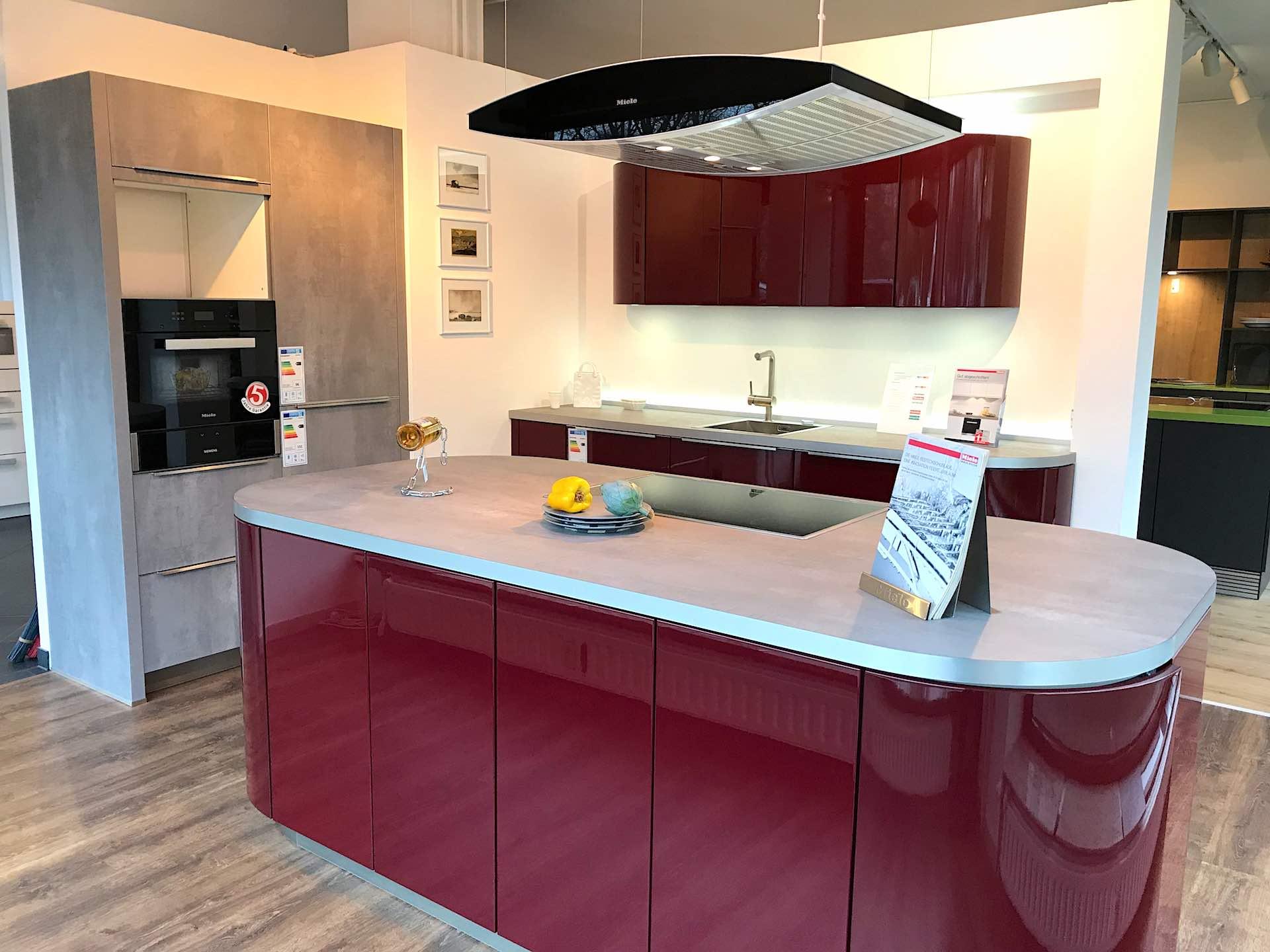 Runde Küche in Weinrot mit Beton Elementen im Abverkauf