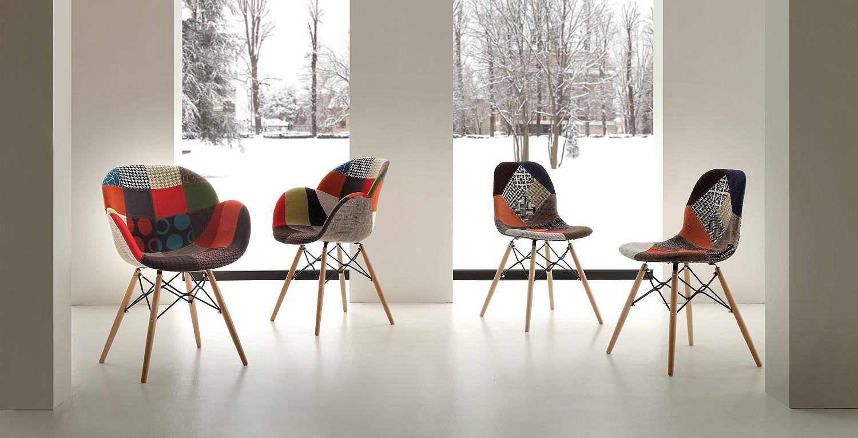 Photo de chaises design multicolores vendues chez avenir cuisine