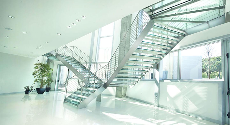Escalera vidrio y acero