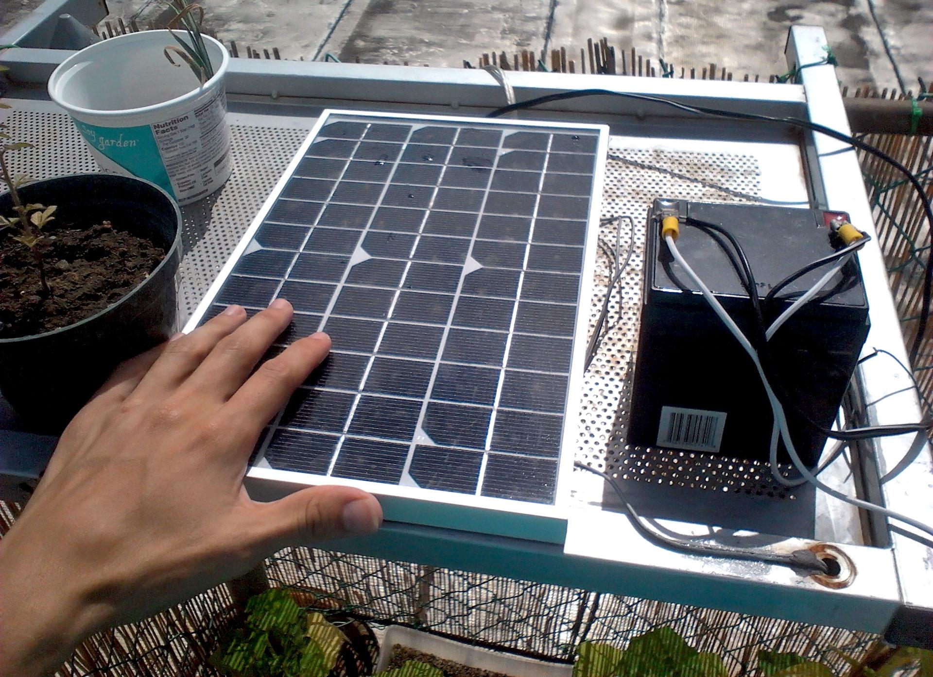 Panel solar pequeño y batería de 12 V.