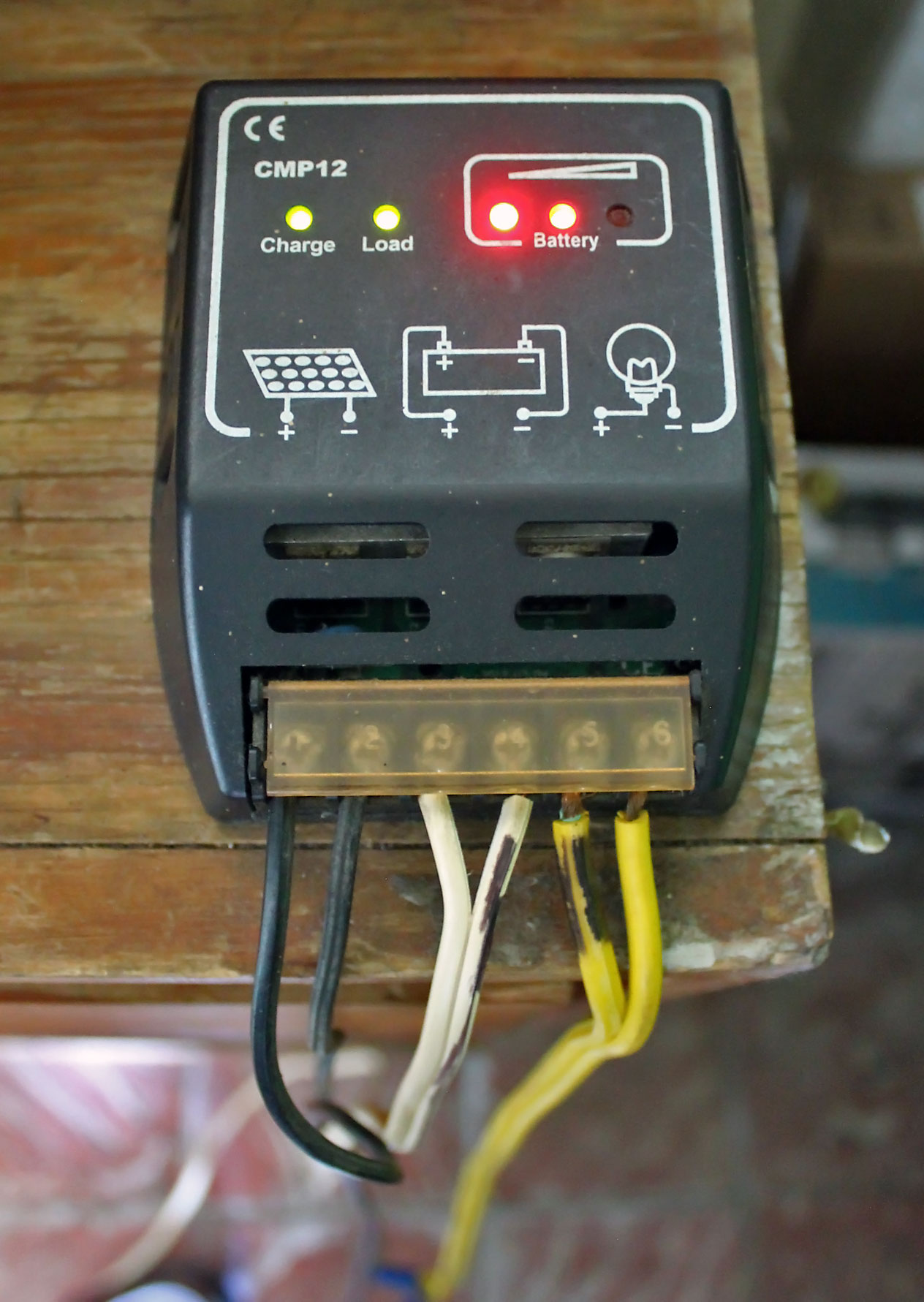 Controlador de carga pequeño de un sistema de energía solar en Puerto Rico.