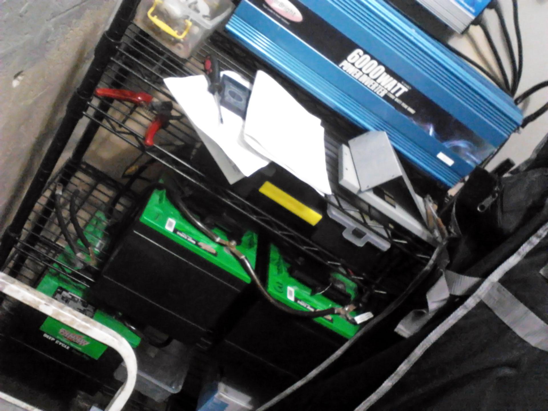 Baterías de ciclo profundo e inversor de corriente de un sistema de energía solar en Puerto Rico.