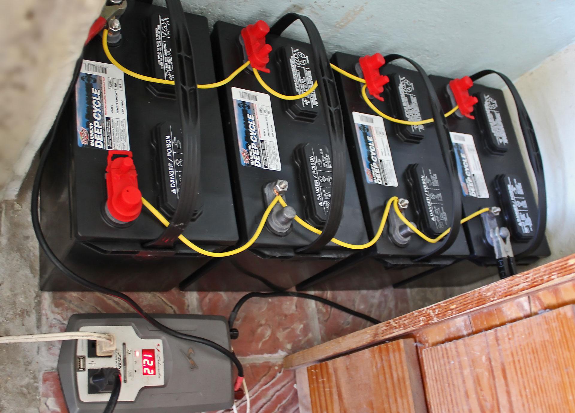 Cuatro baterías de ciclo profundo e inversor de corriente de un sistema de energía solar en Puerto Rico.