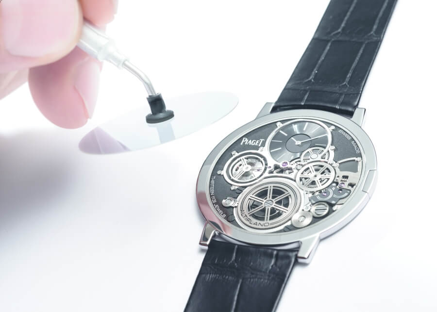 Placing of the crystal of the Piaget Altiplano Ultimate Concept