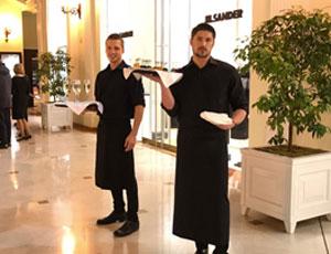 Официанты на показе дизайнера Alberta Ferretti