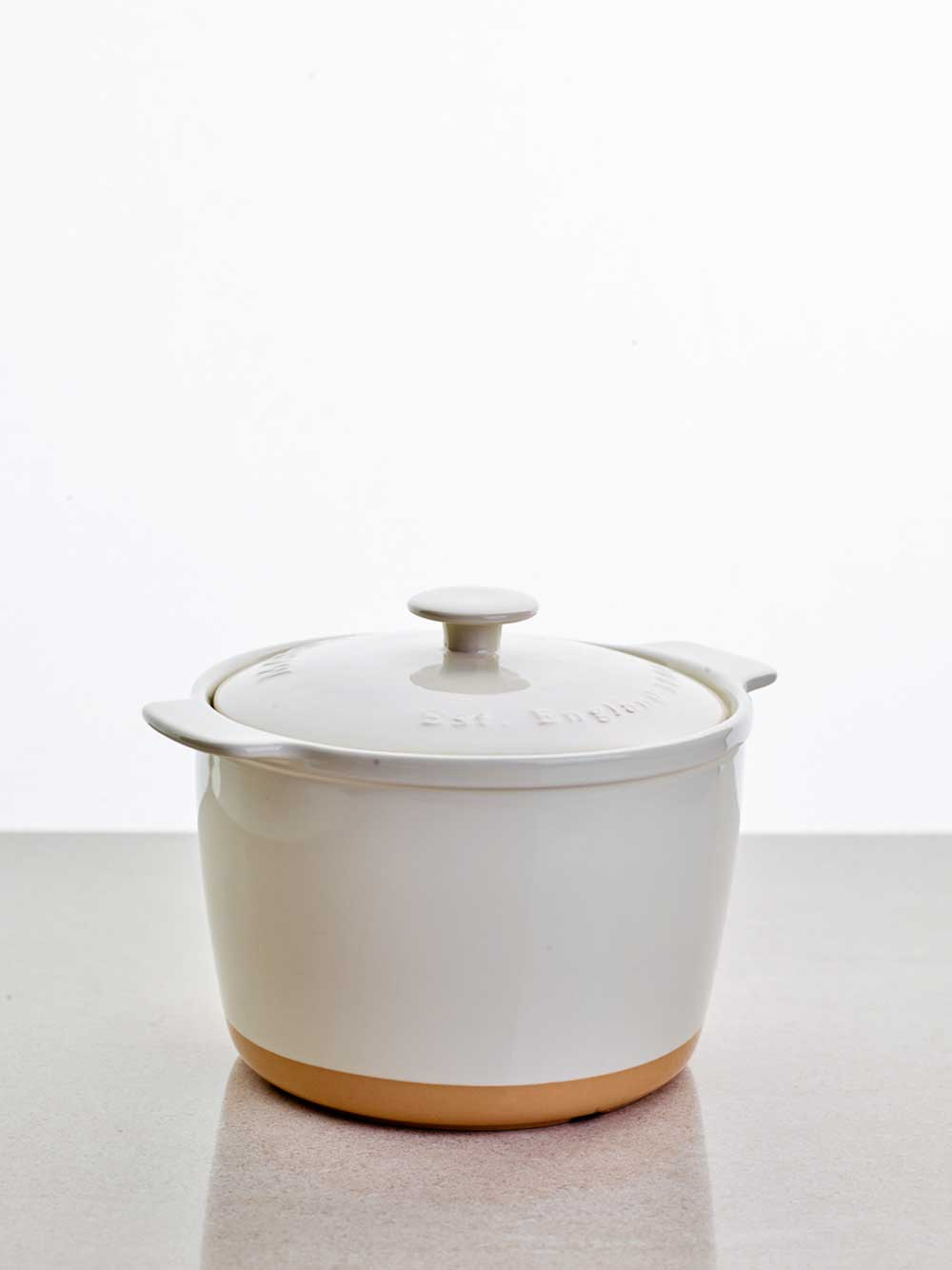 Servera currykycklingen i en keramikgryta.