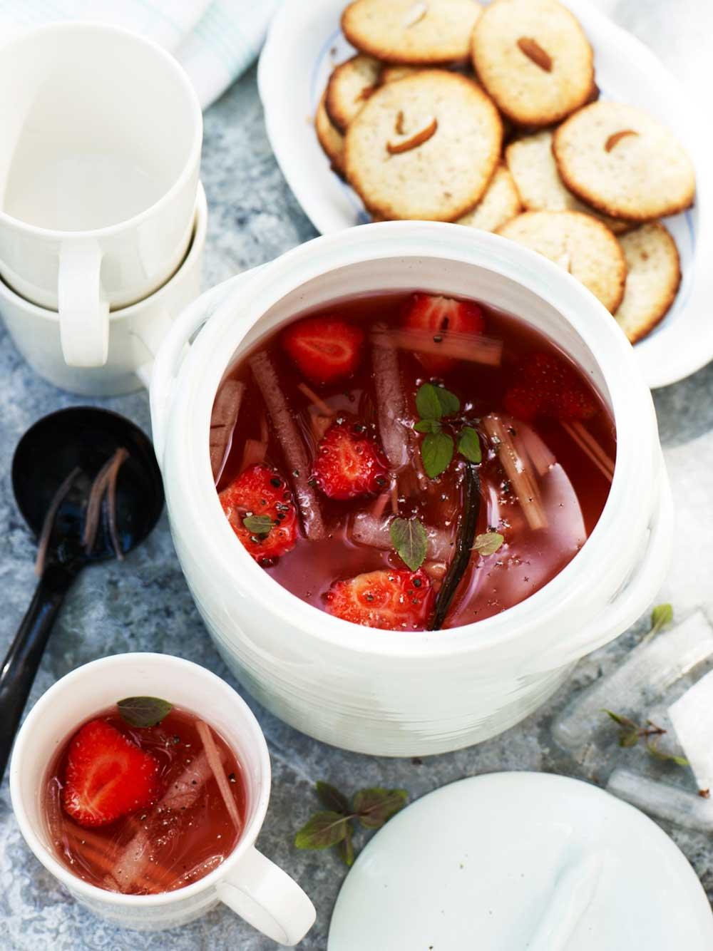 Kyld rabarber- och jordgubbssoppa