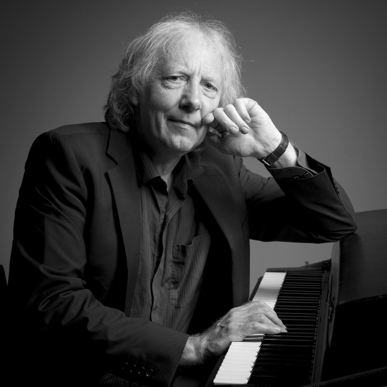 Foto van een muzikant aan een piano portret