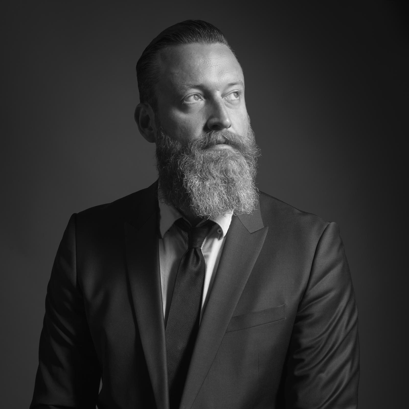 Portret van een man met lange baard en pak