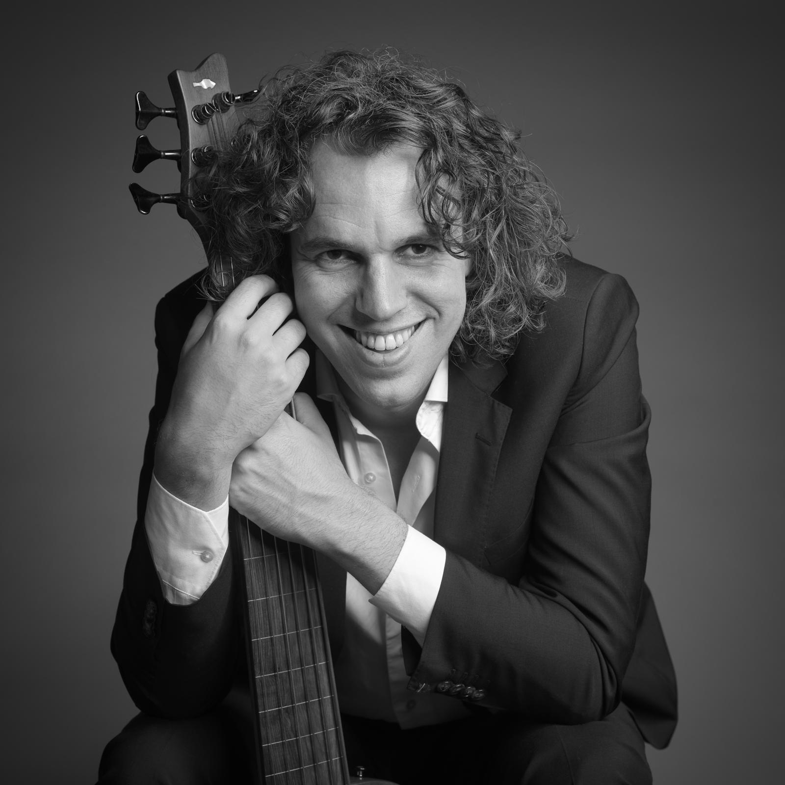 Portret van lachende muzikant met bas
