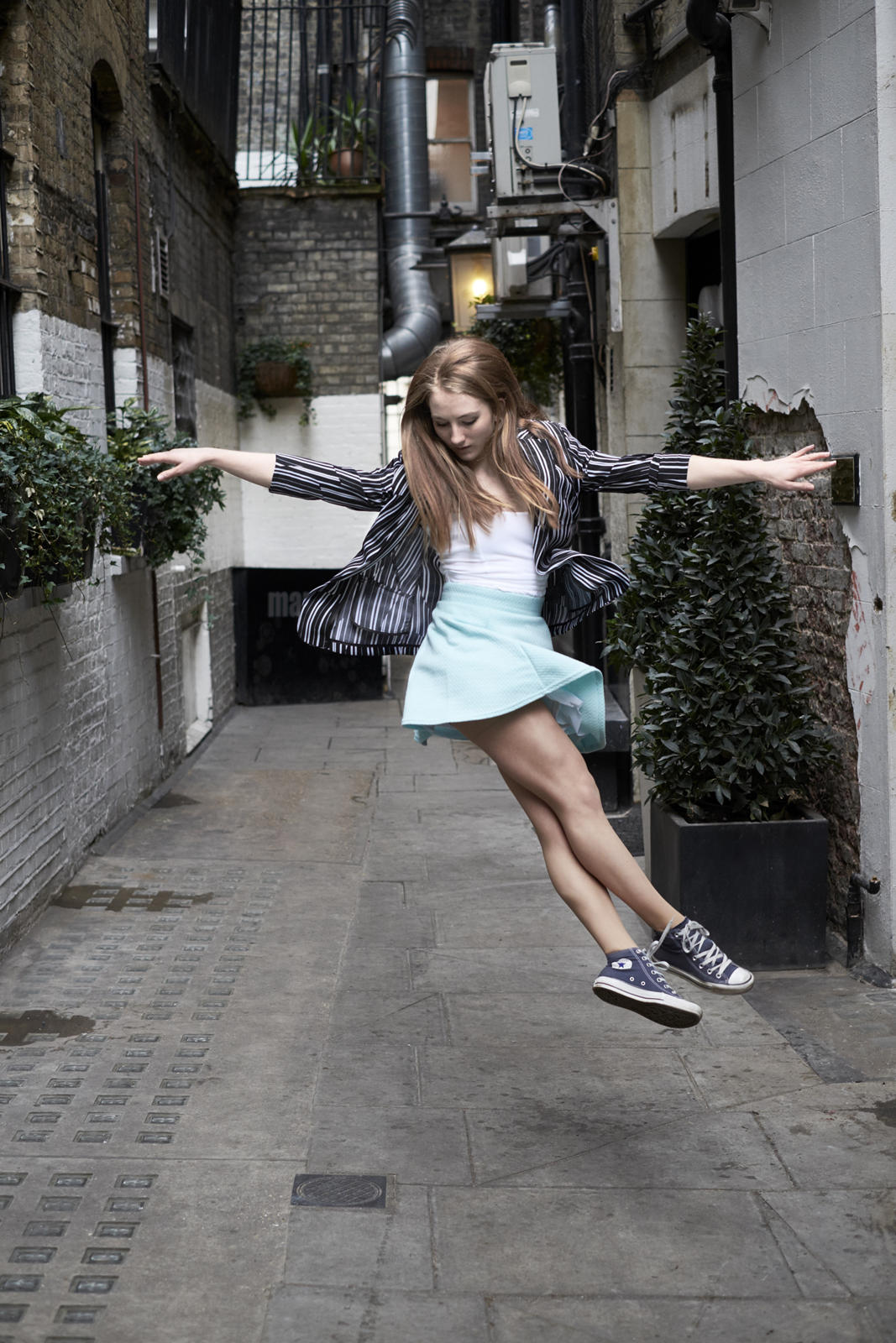 Foto van een springende ballerina op straat