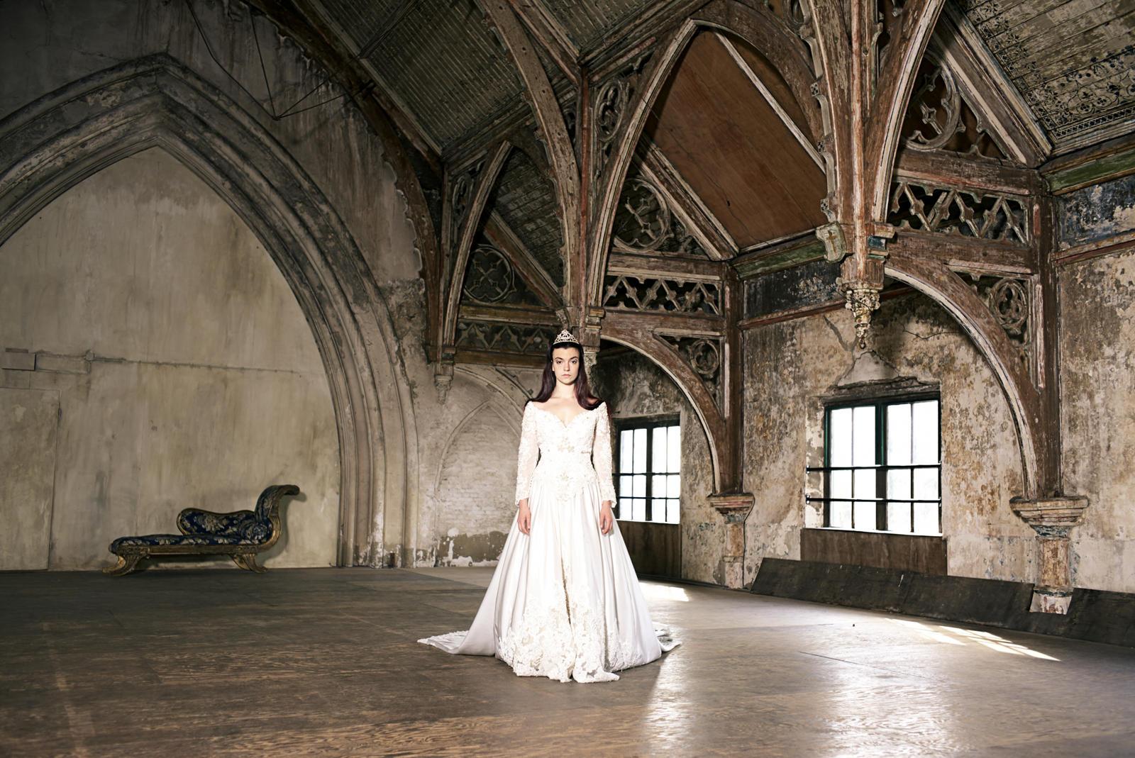 Foto van een vrouw met witte lange jurk in een kathedraal