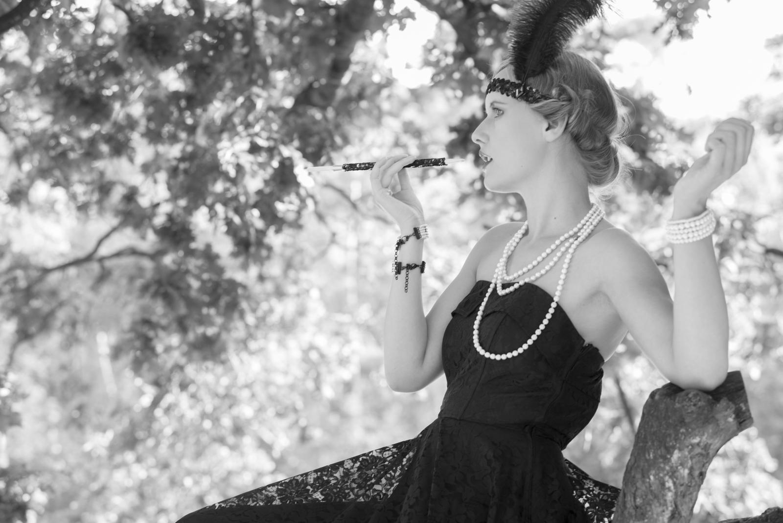 Foto van een vrouw met sigaret in jaren 30 stijl