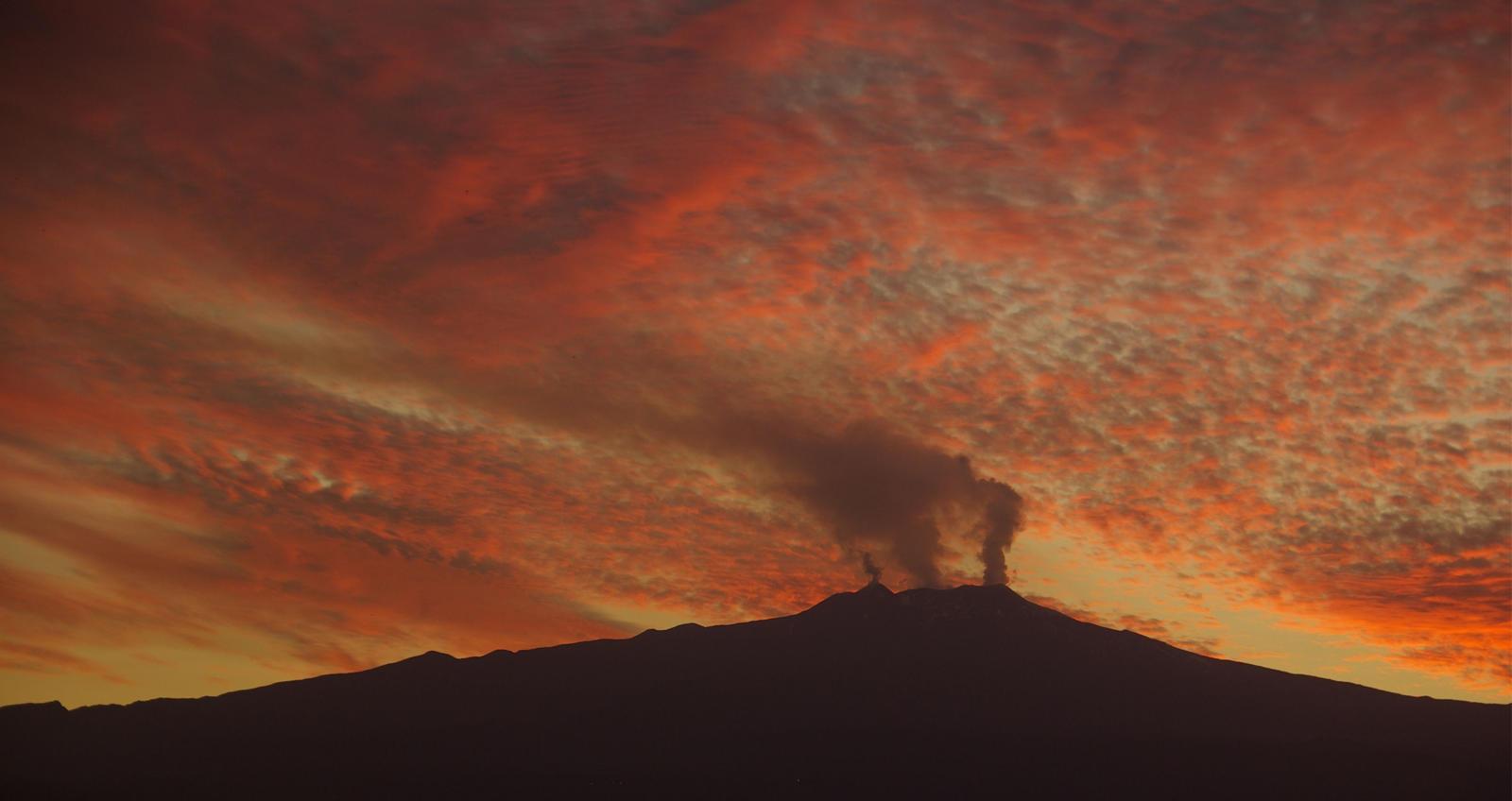 Foto van zonsondergang bij Etna, met oranje en geel