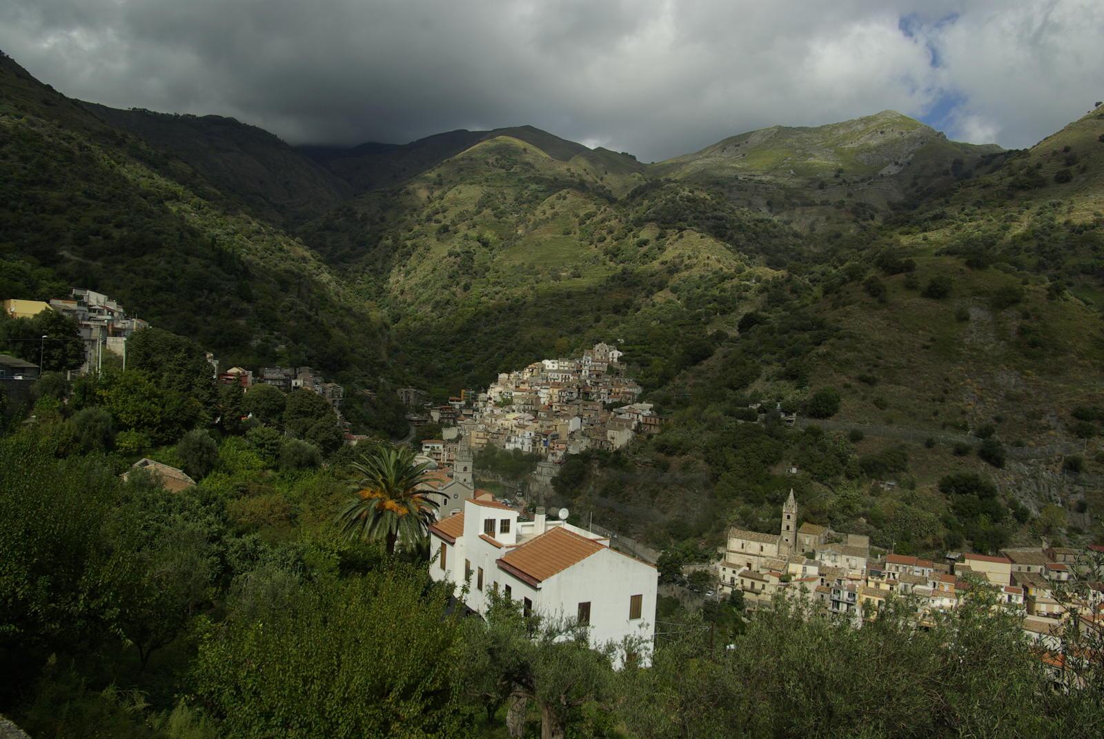 Foto van een huis in de bergen in Sicilie